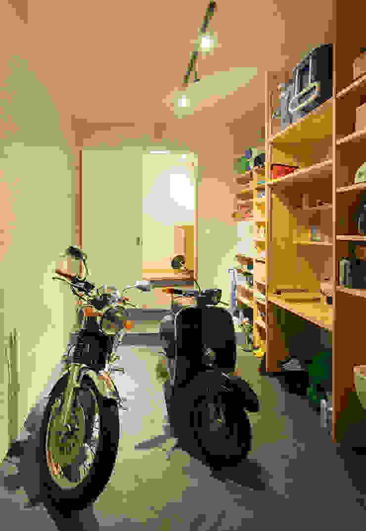 Moderne Garagen & Schuppen von 田村の小さな設計事務所 Modern Schiefer