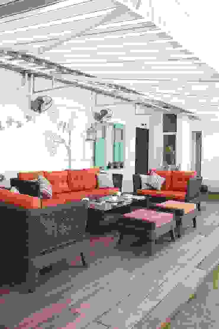 Balcones y terrazas de estilo moderno de Neha Changwani Moderno