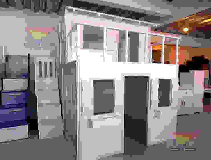 Preciosa casita suprema con balcon de camas y literas infantiles kids world Clásico Derivados de madera Transparente