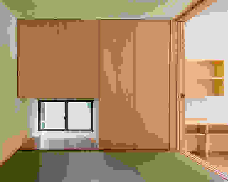 Asiatischer Multimedia-Raum von 田村の小さな設計事務所 Asiatisch Holz Holznachbildung