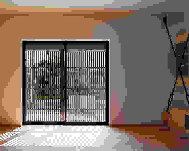 Asiatische Wohnzimmer von 田村の小さな設計事務所 Asiatisch Holz Holznachbildung