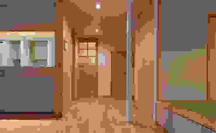 Moderner Flur, Diele & Treppenhaus von 田村の小さな設計事務所 Modern Holz Holznachbildung