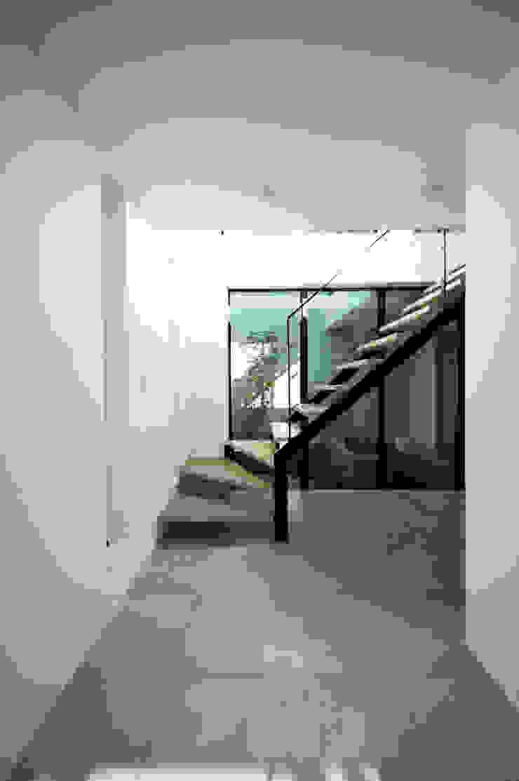 TERAJIMA ARCHITECTS/テラジマアーキテクツ Pasillos, vestíbulos y escaleras de estilo moderno