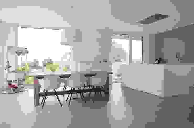 Столовая комната в стиле модерн от Schiller Architektur BDA Модерн