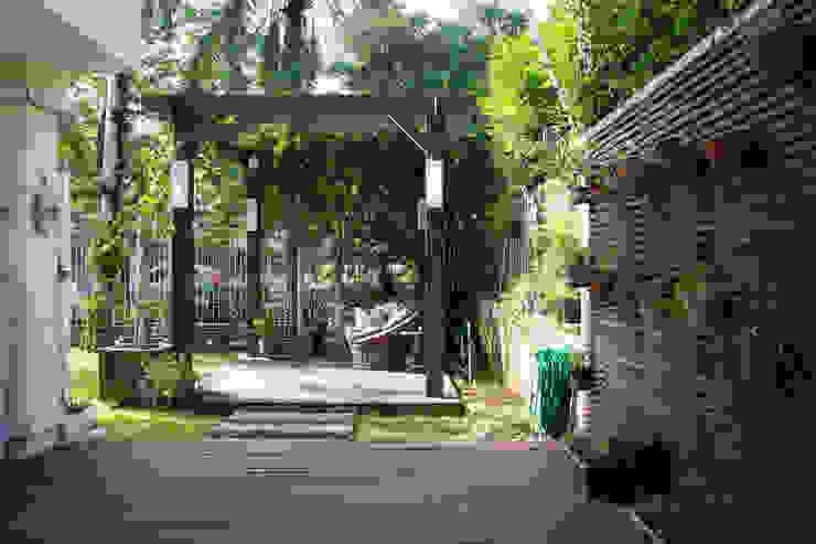 Hiên, sân thượng phong cách mộc mạc bởi Expace - espaços e experiências Mộc mạc Gỗ Wood effect