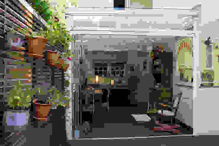 Rustykalny balkon, taras i weranda od Expace - espaços e experiências Rustykalny Drewno O efekcie drewna