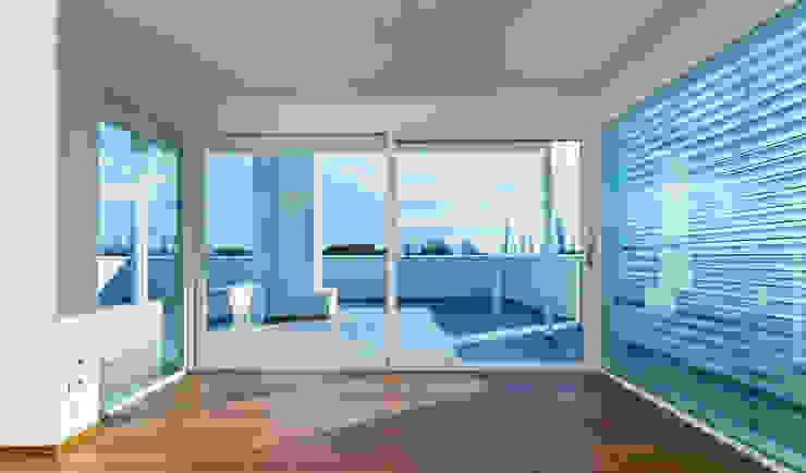 Cửa sổ & cửa ra vào phong cách hiện đại bởi Tucommit Hiện đại