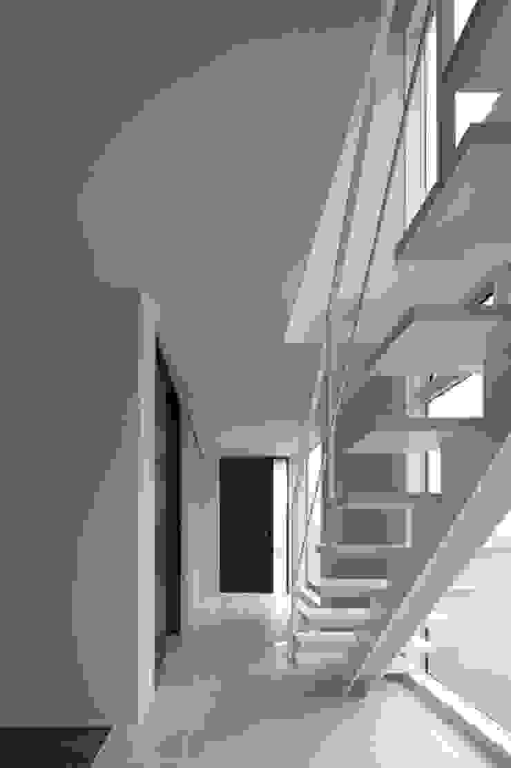 Pasillos, vestíbulos y escaleras de estilo moderno de artect design - アルテクト デザイン Moderno