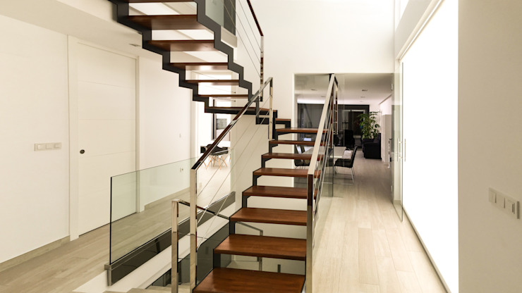 Corredores, halls e escadas modernos por arqubo arquitectos Moderno Madeira maciça Multicolor