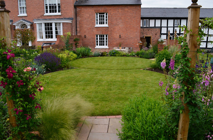 Circular lawns Country style garden by Unique Landscapes Country