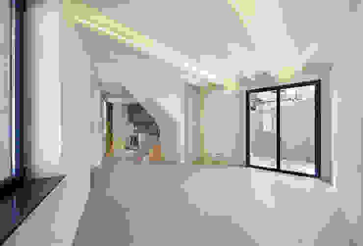 Salas de estar mediterrâneas por Lara Pujol | Interiorismo & Proyectos de diseño Mediterrâneo