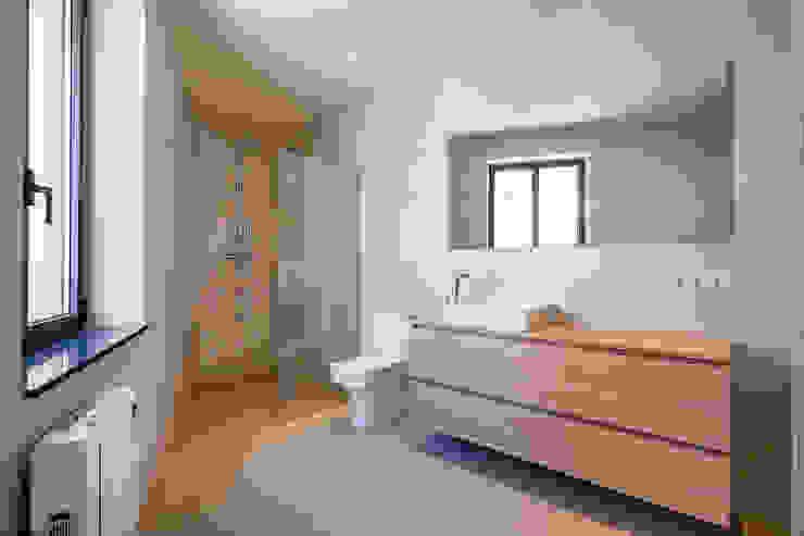 Banheiros mediterrâneos por Lara Pujol | Interiorismo & Proyectos de diseño Mediterrâneo