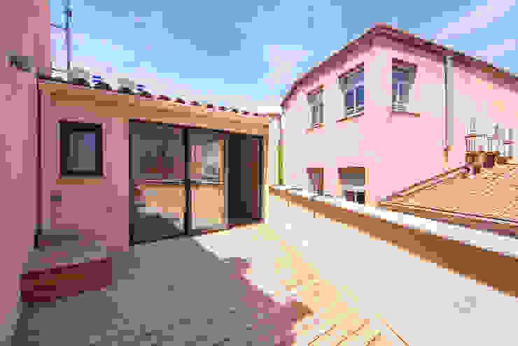 Varandas, alpendres e terraços mediterrâneo por Lara Pujol | Interiorismo & Proyectos de diseño Mediterrâneo