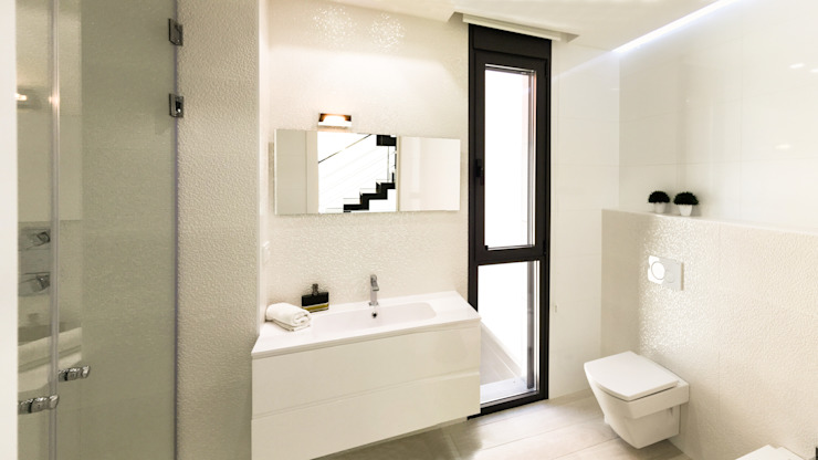 Bathroom by arqubo arquitectos, Modern Ceramic