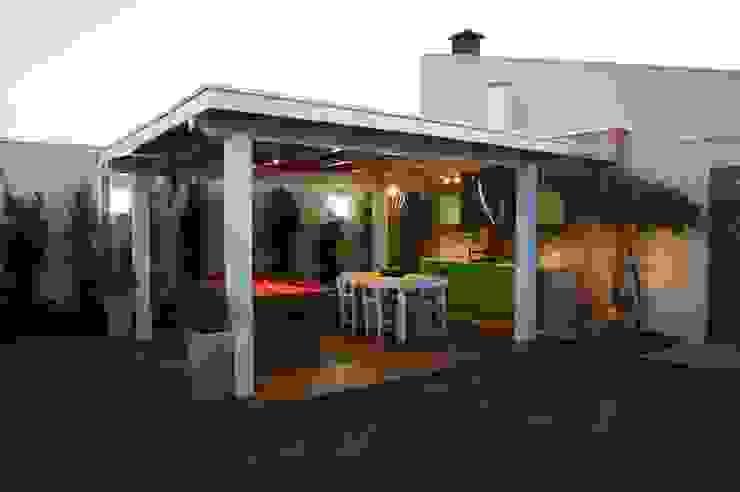 Moderner Balkon, Veranda & Terrasse von Lozí - Projeto e Obra Modern