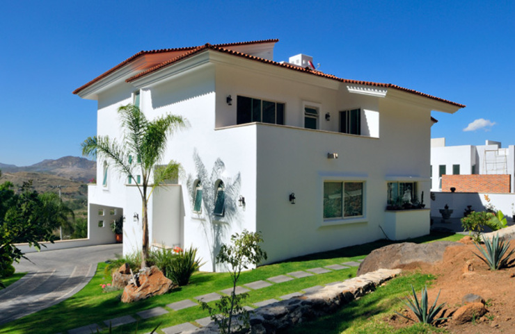 Excelencia en Diseño Colonial style house Bricks White