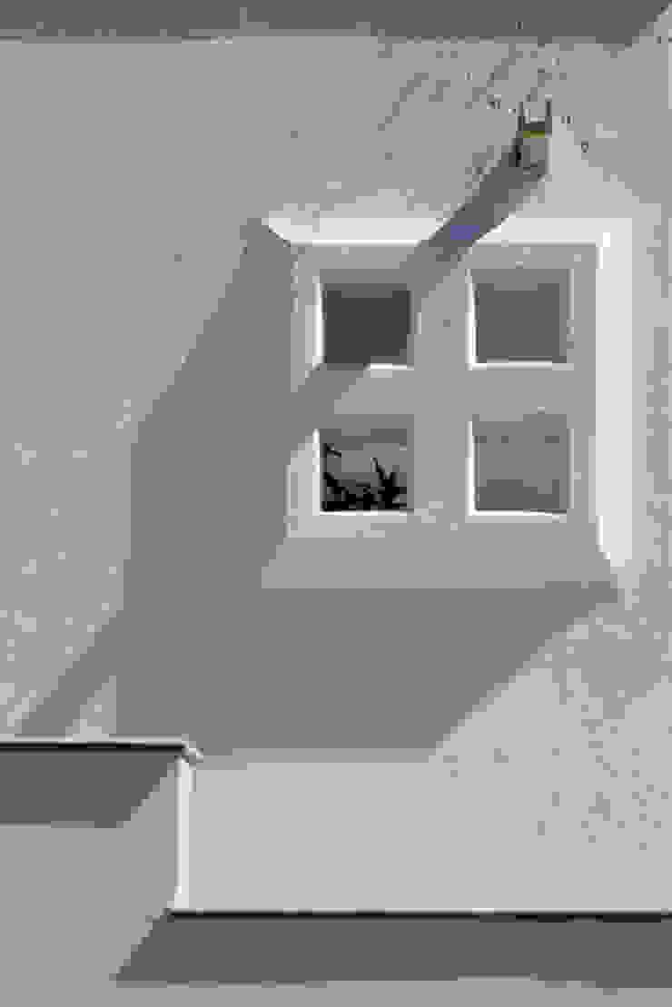 Excelencia en Diseño Colonial style window and door Bricks White