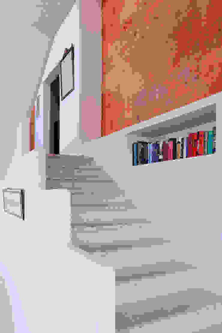 Colonial style corridor, hallway& stairs by Excelencia en Diseño Colonial Iron/Steel