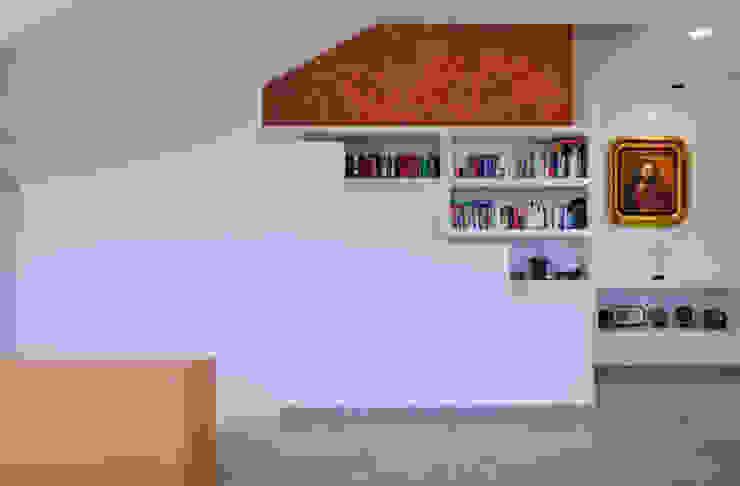 Excelencia en Diseño Colonial style corridor, hallway& stairs Stone White