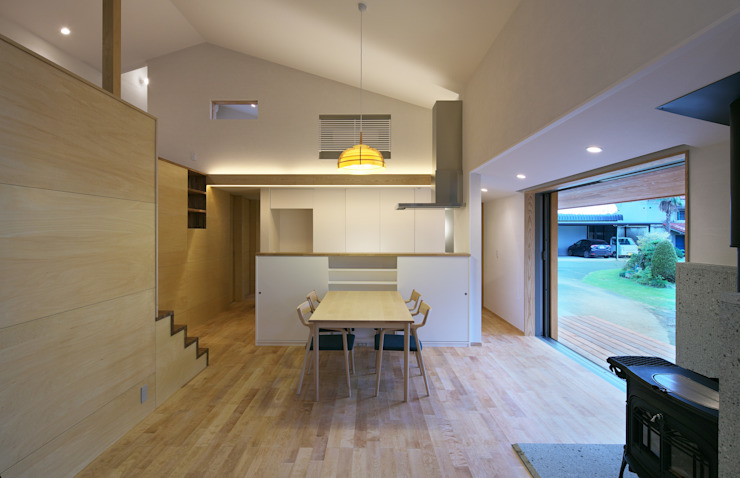 Eclectic style dining room by かんばら設計室 Eclectic Wood Wood effect