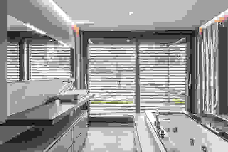 Progettazione e realizzazione villa moderna Bagno moderno di Arch. Paolo Bussi Moderno