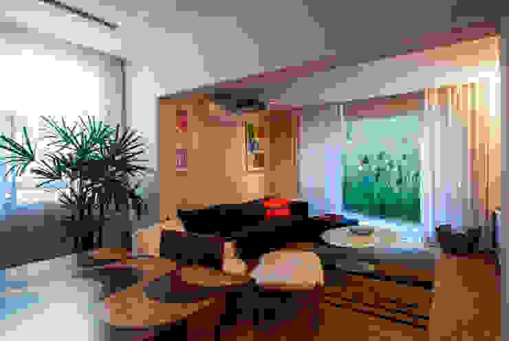 モダンデザインの 多目的室 の Tato Bittencourt Arquitetos Associados モダン