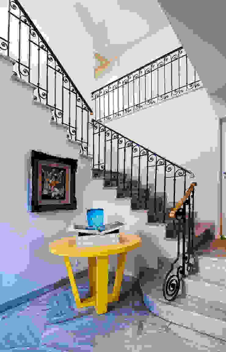 モダンスタイルの 玄関&廊下&階段 の Tato Bittencourt Arquitetos Associados モダン