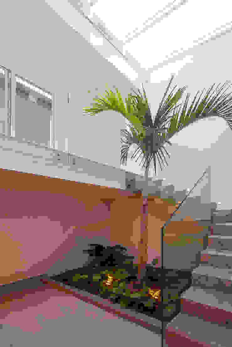 Tato Bittencourt Arquitetos Associados Modern Corridor, Hallway and Staircase