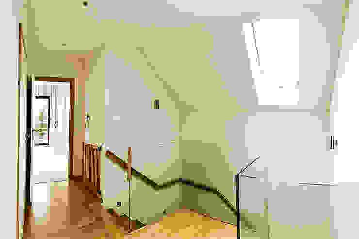 Modern Corridor, Hallway and Staircase by Biuro Projektów MTM Styl - domywstylu.pl Modern