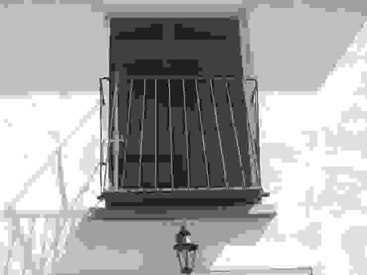 Balcon en acier et bois exotique. ATELIER MACHLINE JardinAccessoires & décorations Fer / Acier Noir