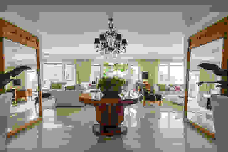 Hall de Entrada Fernanda Bertolucci Arquitetura   Interiores Salas de estar clássicas
