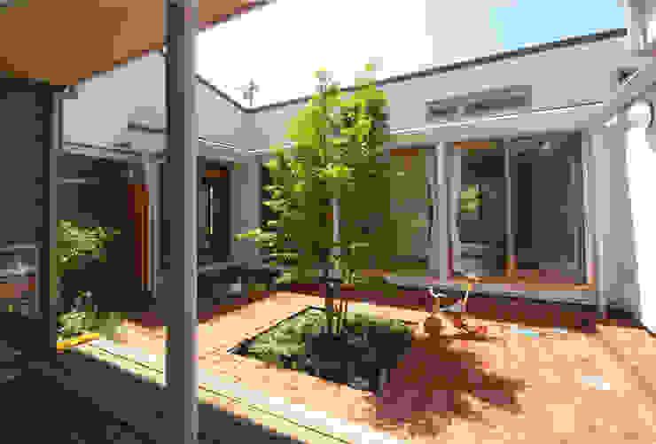 Jardines de estilo ecléctico de かんばら設計室 Ecléctico
