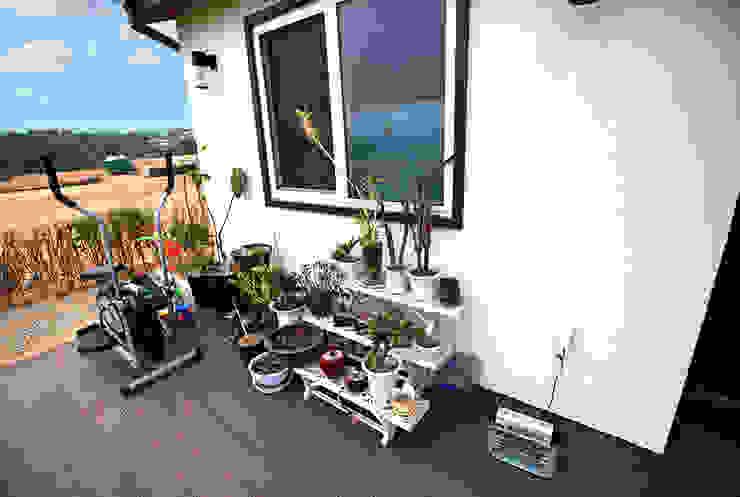 실용적인 아이디어가 돋보이는 모던스타일 전원주택[충남 천안] 모던스타일 발코니, 베란다 & 테라스 by 지성하우징 모던