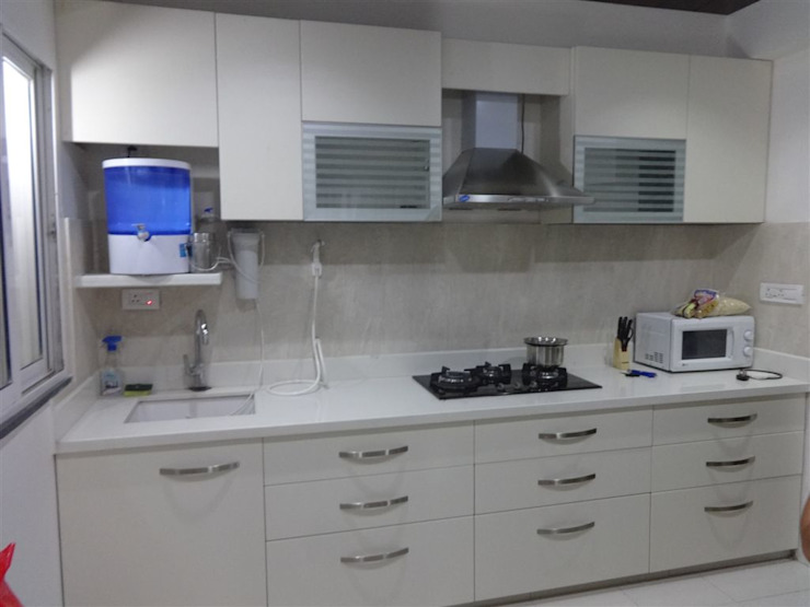 straight kithen with wall cabients aashita modular kitchen 現代廚房設計點子、靈感&圖片 MDF White