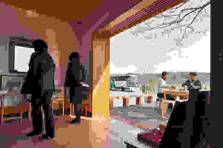 Коридор, прихожая и лестница в эклектичном стиле от (株)独楽蔵 KOMAGURA Эклектичный