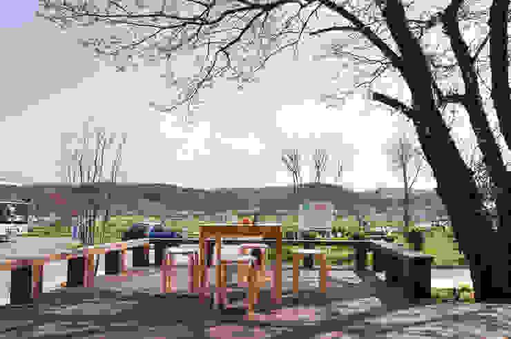 Balcones y terrazas de estilo ecléctico de (株)独楽蔵 KOMAGURA Ecléctico