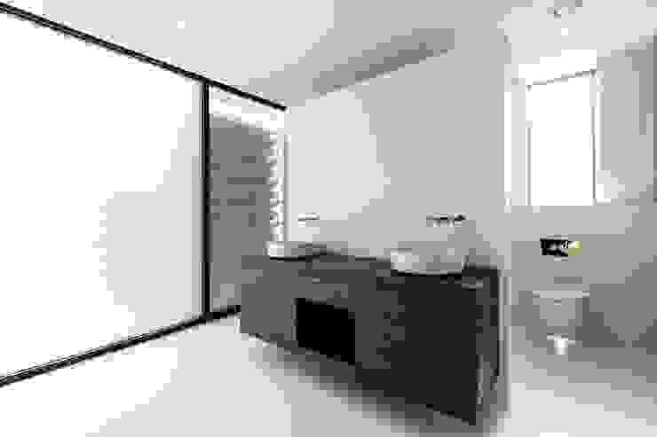 18 Bury Road, Branksome Park David James Architects & Partners Ltd Modern bathroom