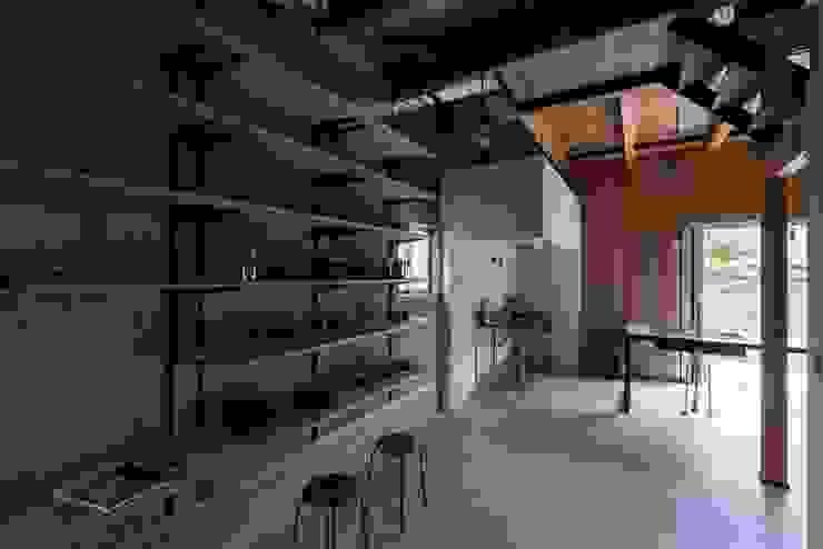 ishibe house ラスティックな 多目的室 の ALTS DESIGN OFFICE ラスティック コンクリート