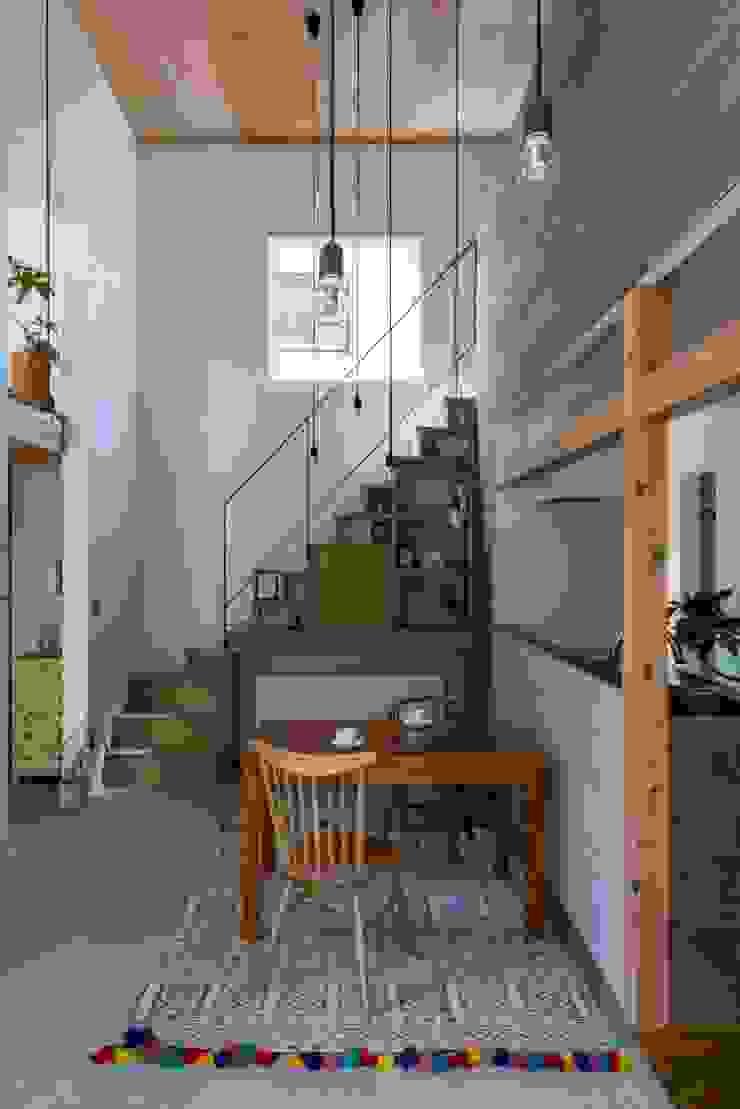 ALTS DESIGN OFFICE Pasillos, vestíbulos y escaleras de estilo rústico Madera Acabado en madera