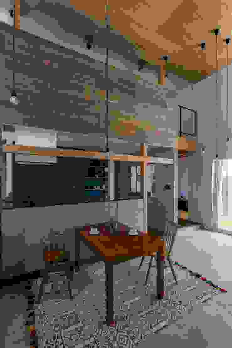 ALTS DESIGN OFFICE Comedores de estilo rústico Hierro/Acero Acabado en madera