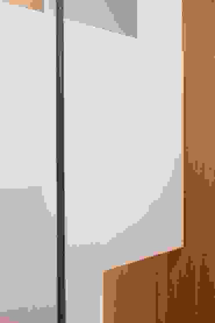 studioSAL_14 Minimalist corridor, hallway & stairs Wood