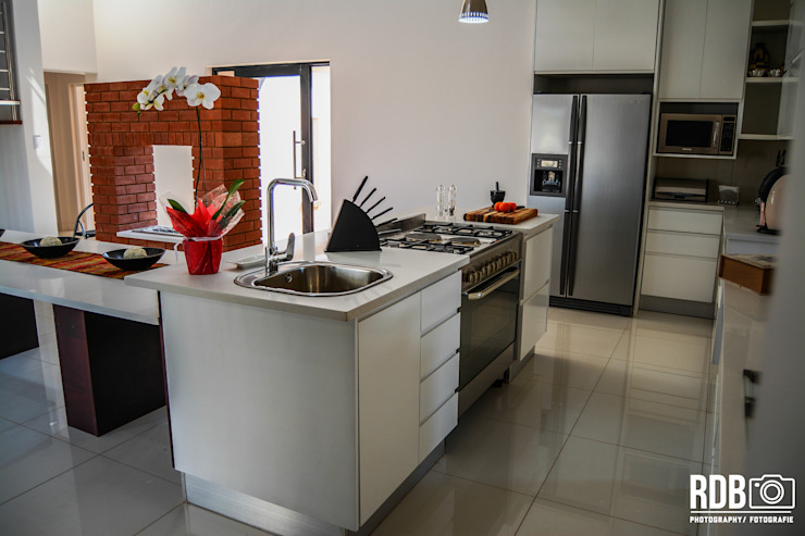 Mr & Mrs Du Plessis Project - The Hills Estate, Pretoria:  Kitchen by Ergo Designer Kitchens and Cabinetry, Modern MDF