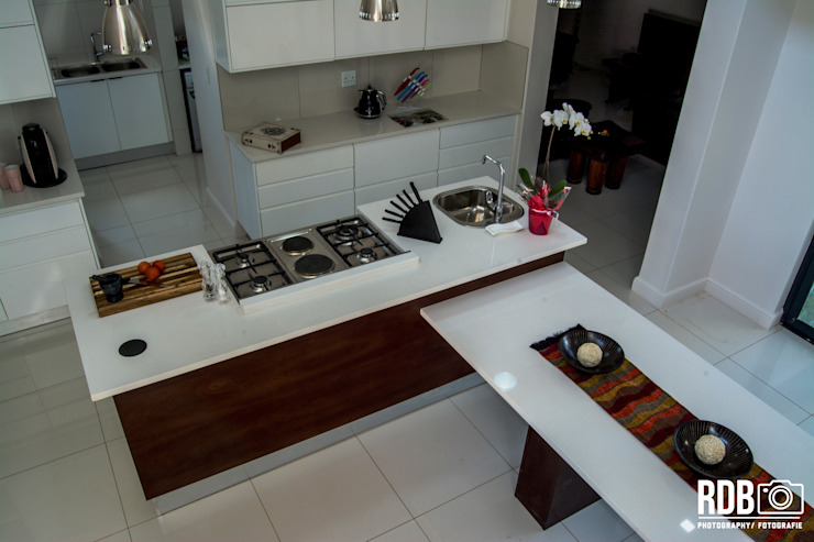 Mr & Mrs Du Plessis Project—The Hills Estate, Pretoria Modern kitchen by Ergo Designer Kitchens Modern Wood Wood effect