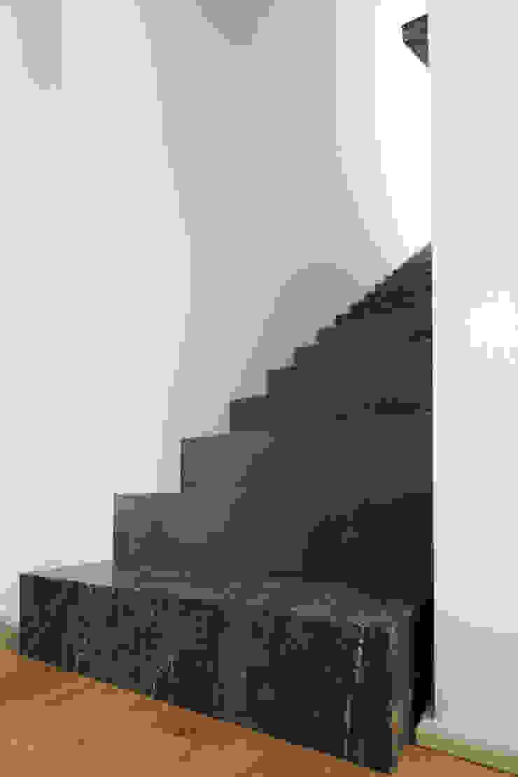 studioSAL_14 Minimalist corridor, hallway & stairs Marble