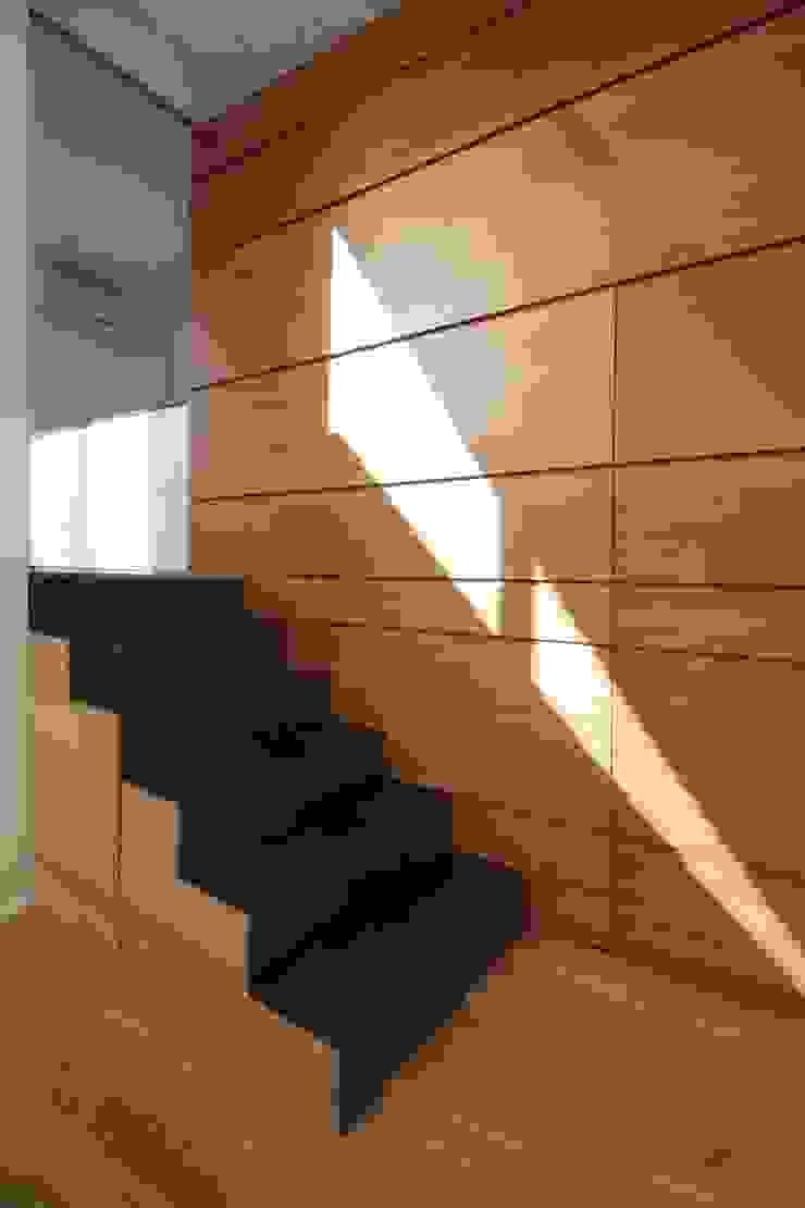 studioSAL_14 Minimalist corridor, hallway & stairs Iron/Steel