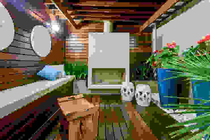 Pátio Interno com lareira Jardins de inverno ecléticos por Juliana Lahóz Arquitetura Eclético Madeira Efeito de madeira