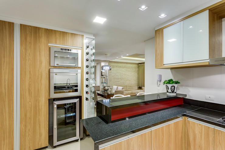 Modern kitchen by Juliana Lahóz Arquitetura Modern
