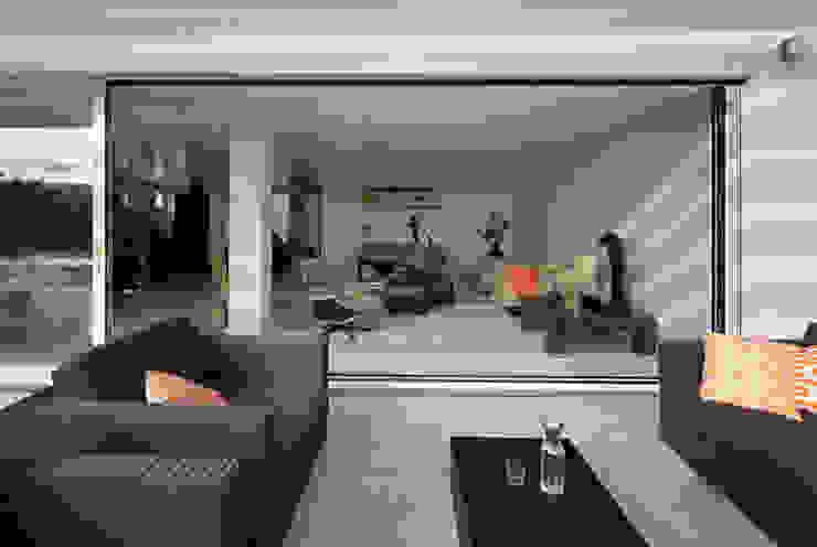 Гостиная в стиле модерн от LABOR WELTENBAU ARCHITEKTUR Модерн