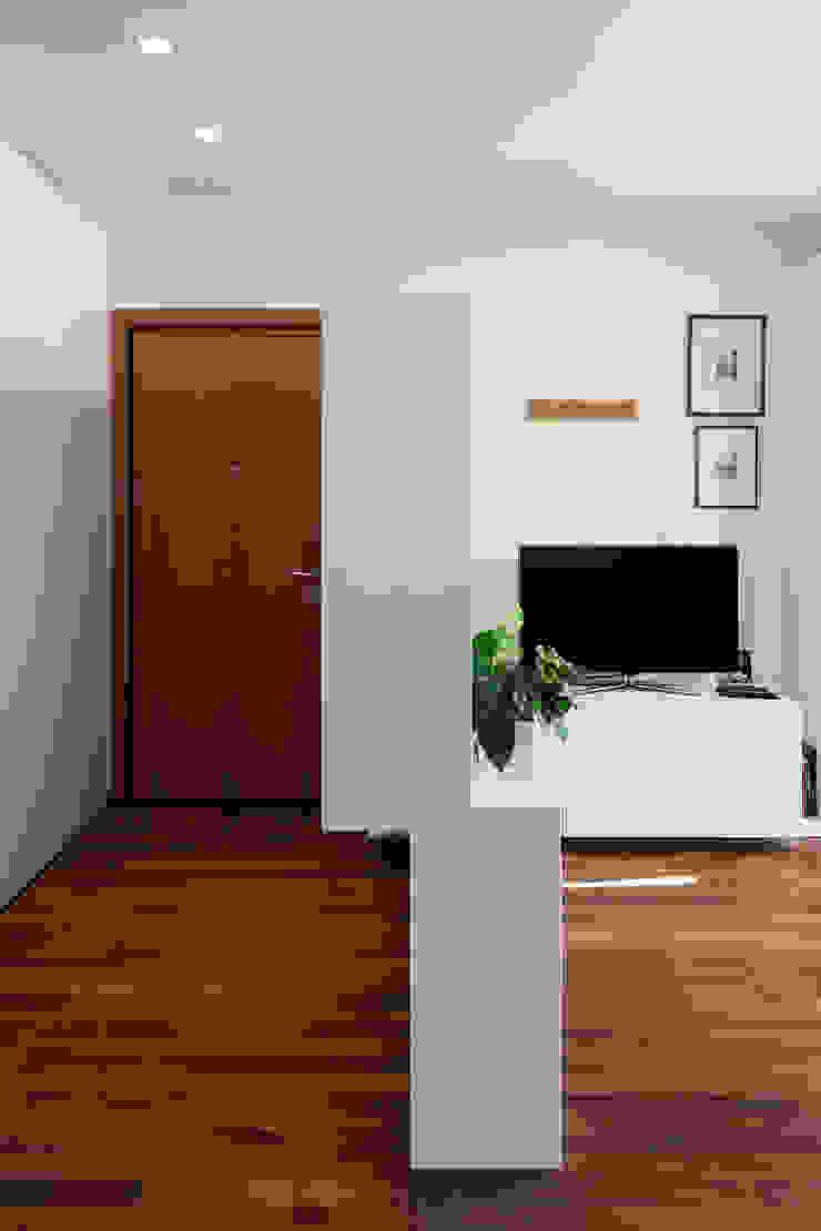 F House Ingresso, Corridoio & Scale in stile minimalista di EXiT architetti associati Minimalista