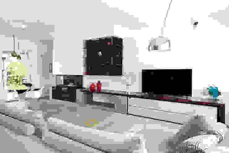 Salas de estilo minimalista de EXiT architetti associati Minimalista